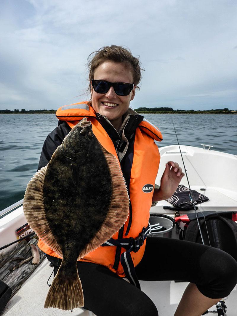 Janine mit Löffel-Plattfisch. Immerhin wr ein Kunstwurm dahinter geschaltet.