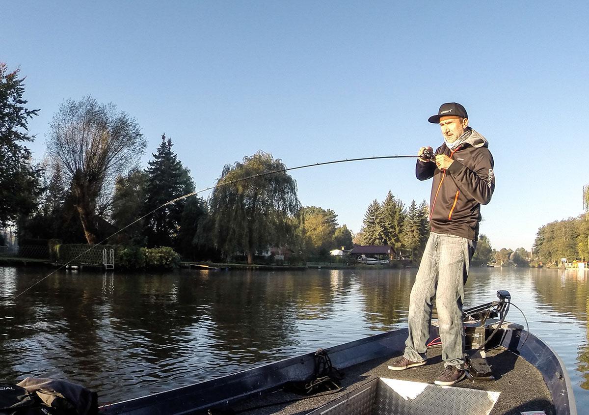 Johannes drillt Fisch mit der Baitcaster-Barschrute