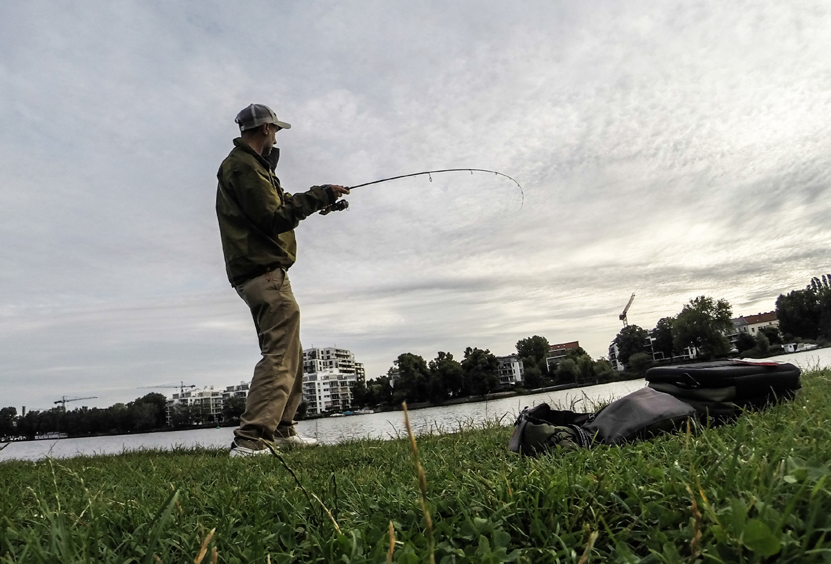 Das war ein 30er Barsch. So macht auch Streetfishing am Plänterwald Spaß.