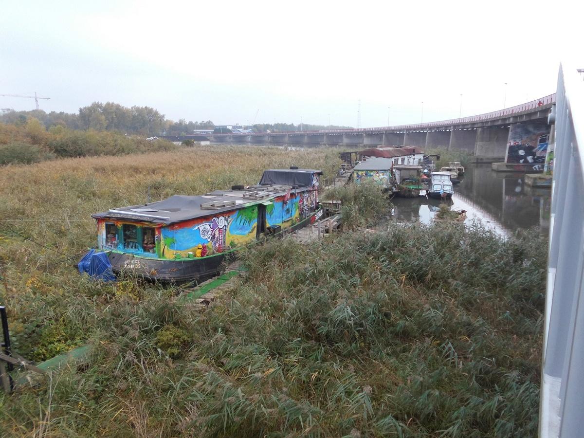 Wohnen auf dem Wasser. Suburbane Lebensformen in farbenfroher Ausführung. Autobahnanschluss und Zugang zum fließenden Wasser inclusive.