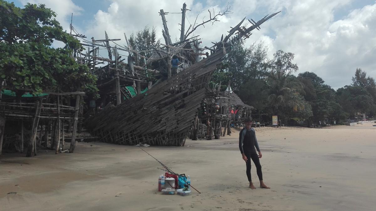 """Treffpunkt am Morgen war das """"Piratenschiff"""". Eine Hippibar par excellence, wo tagsüber das Bargeschäft in slow motion abläuft und abends gelegentlich Konzerte gespielt werden. Zu sehen Danny, der Sonnenschutz als Dauergast der Insel perfektionistisch betreibt."""