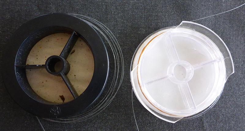 Typische FC-Spulen. Bei der einen ist erst gar keine Klemmvorrichtung dabei und das widerspenstge Material springt von der Spule. Bei der anderen ist die Klemmvorrichtung abgebrochen. Beides uncool.